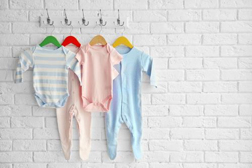 e644b48db773d 赤ちゃんの様子を見ながら何を着せれば良いか判断しようにも、初めてのことだと「暑すぎないかな」「寒くないかな」と悩んでしまうものです。