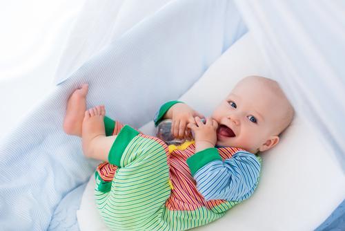 51b58bbb33294 いつから・何枚必要?春夏秋冬別!赤ちゃんのパジャマの着せ方や洗濯頻度 ...