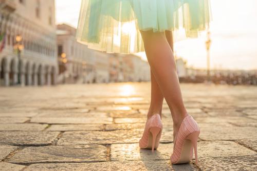 a2bfccf9dc682 ... いくのがマナーだといわれています。最近ではカジュアルな結婚式も増えたため、太めのヒールやヒールなしの靴を履いていく人もいますが、気になる 人もいますよね。