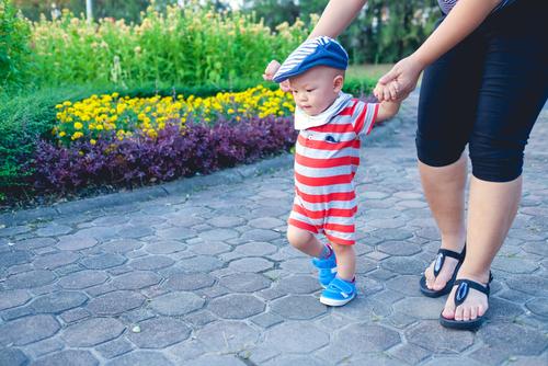 b84f27b4aced9 いくら真夏といっても、自宅で過ごすときのように肌着1枚で出かけるわけにはいきませんよね。新生児期の赤ちゃんは、通気性の良いメッシュのような薄手の肌着を 着せ ...